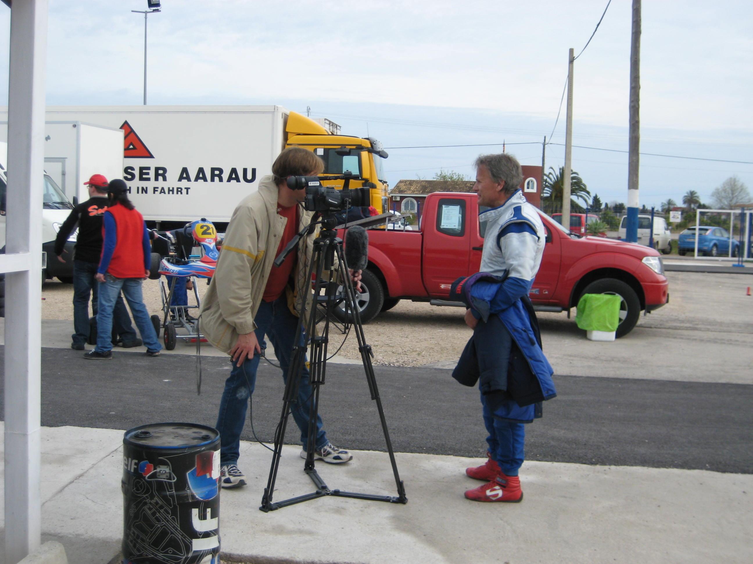Marc Surer beim Fernsehinterview am Rande des BEBA Reifentests